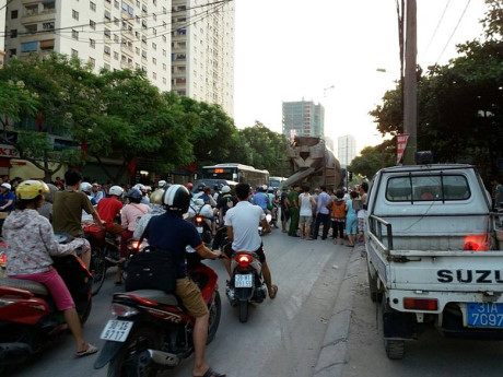 Ha Noi: Va cham voi xe tron be tong, nu sinh lop 8 tu vong tai cho - Anh 2